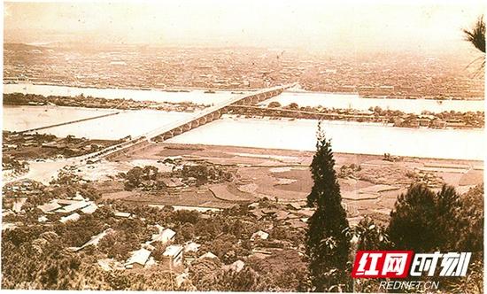 20世纪70年代,鸟瞰橘子洲大桥。