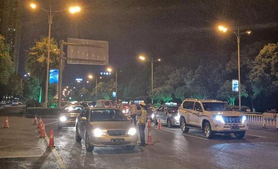 在市城区重要路口路段摆放锥筒逢车必查