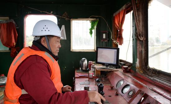 1月7日,工人在王家河上操作绞吸船吸取淤泥。新华社发(陈振海摄)