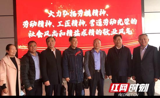 11月22日,湖南省全国劳动模范和先进工作者们赴京接受表彰