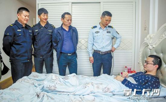 昨日下午,长沙县行政执法直属分局的同事们来到傅正义家里,看望慰问康复治疗中的傅正义。 长沙晚报记者 陈飞 通讯员 盛磊 摄影报道