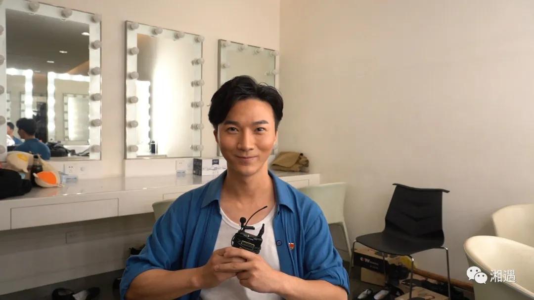 9月23日,芋头来到了《大地颂歌》的电视录制现场,在后台化妆间见到了这位帅气的小伙。