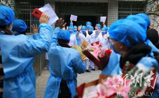 (2月7日,衡阳市南华大学附属南华医院,6名新型冠状病毒感染的肺炎确诊患者痊愈出院。袁云帆 曹正平 摄)