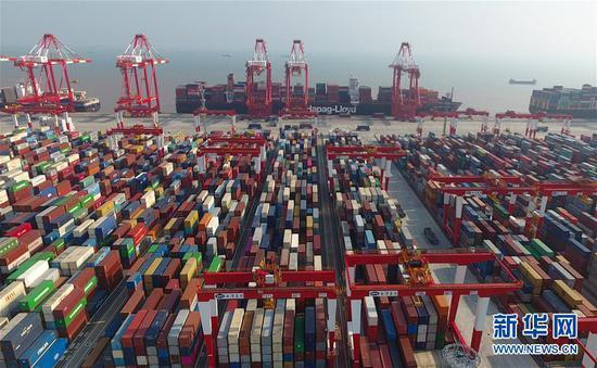 这是上海洋山深水港四期自动化码头(2018年7月25日无人机拍摄)。 新华社记者 丁汀摄
