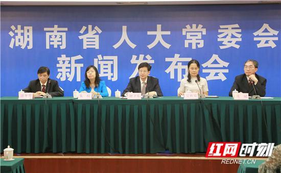 9月28日下午,湖南省十三届人大常委会举行新闻发布会,对表决通过的三部法规修订案进行新闻发布。言娟 摄