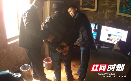 民警在一网咖将嫌疑男子汪某抓获。