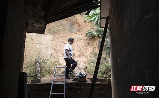 因锅炉的封闭性不够,蒋爱文到处寻找材料,解决漏气的问题。