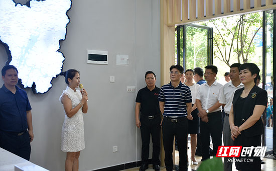与会人员在参观资兴市融媒体中心环境设施。