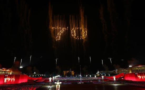 10月1日晚,庆祝中华人民共和国成立70周年联欢活动在北京天安门广场举行。这是联欢活动现场。(来源:新华社)