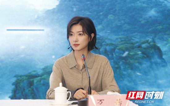 万茜在新闻发布会上答记者问。