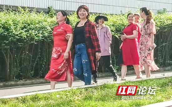 穿旗袍的妈妈们。(拍摄:陈铁牛)