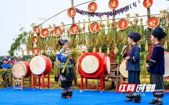 丰收节到来之际,湘西花垣苗族苗歌联合会的朋友们用苗歌、苗鼓等精彩节目庆祝。