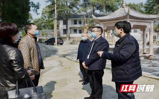 阳晓华(右二)在民康医院询问情况。