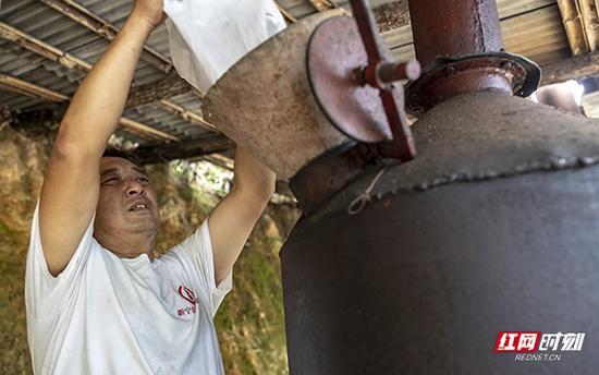 熬制山胡椒油的过程比较漫长,也是非常复杂的工艺。