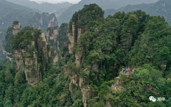 10月5日,游客在张家界国家森林公园黄石寨景区游玩。吴勇兵 摄