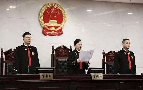 图为桂林中院院长陈敏宣读判决书。(黄明强 摄)