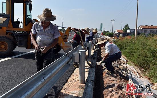 正在施工的道路附属设施。