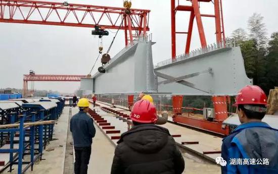 ▲长益扩容1标首片钢板组合梁转运至制梁台座。