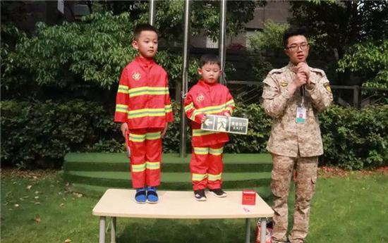 """""""小小消防员""""动手使用消防器材长沙一社区进行火灾演练"""