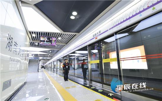 """(2019年5月26日,长沙地铁4号线一期工程正式载客试运营,标志着长沙地铁从""""换乘时代""""进入""""网络化运营""""时代。)"""