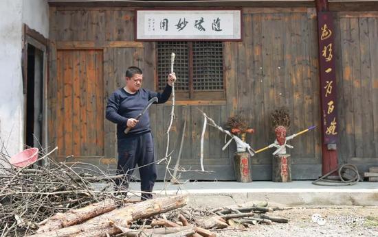 以文人自居的李子英,在朴素的木板房上挂着各种书法作品。