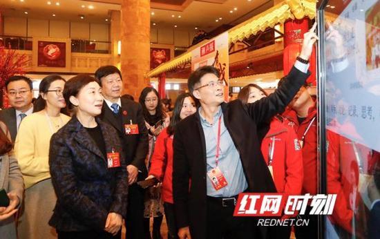 1月16日下午,湖南省政协主席李微微来到省政协十二届三次会议新闻中心,先后看望慰问新闻工作者。