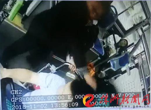 男子朝公交司机头部打了一拳(监控视频截图)