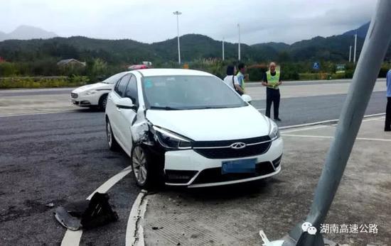 高速郴州段女司机撞车致同伴骨折 小伙让伤者躺腿上
