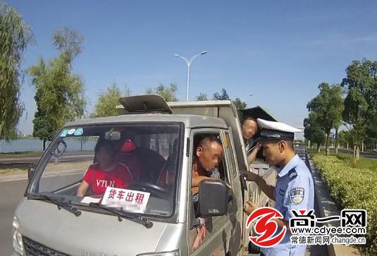 查处现场,民警对驾驶员周某及乘客进行了安全教育。尚一网通讯员 严定群 摄