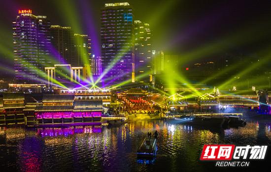 穿紫河风情灯光实景秀之老街记忆。
