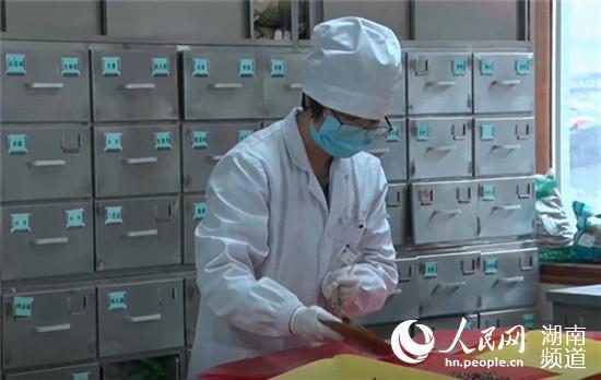 湖南省中医药研究院附属医院药房场景。李芳森 摄