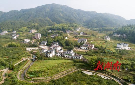 (9月5日,桂东县沤江镇青竹村环境宜人。村里有50家民宿,每年7、8月份家家客满,前来避暑的游客络绎不绝。 湖南日报·华声在线记者 傅聪 摄)