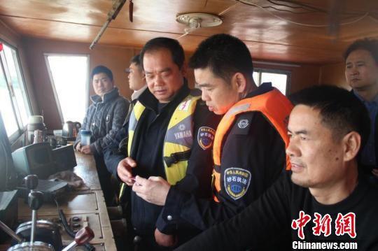 执法大队向船主讲解扫黑除恶政策,并收集线索。 曹天舒 摄