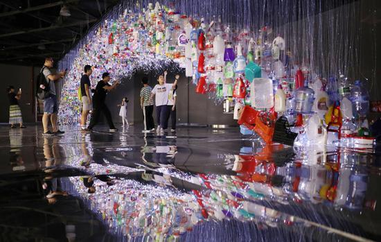 废弃塑料制成艺术品,唤醒人们环保意识。新华社记者 方喆 摄