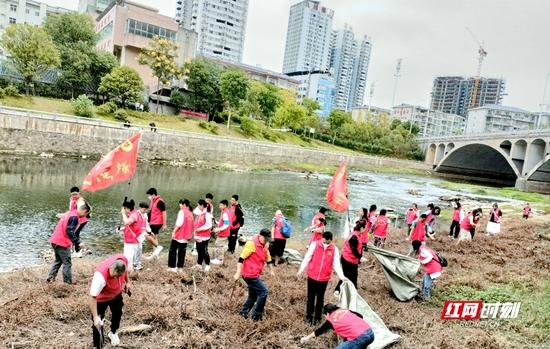 志愿者开展净滩活动现场。