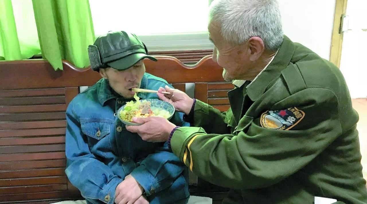 怀化香蕉老人照顾患病儿子49年  获得社会关爱