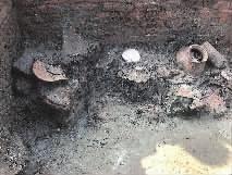 遗址出土的陶器。(右)