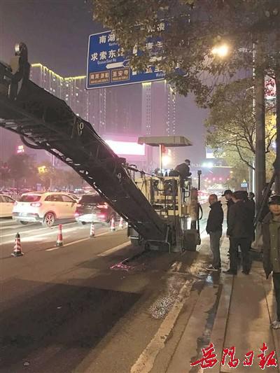 3月8日晚,市政维护管理处施工人员在花板桥红绿灯交叉路口处进行路面改造半封闭施工谭振华 摄