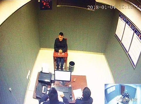 民警对嫌疑人进行讯问