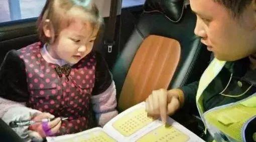 岳阳爸爸带4岁娃车内写作业 孩子却说:爸爸像超人