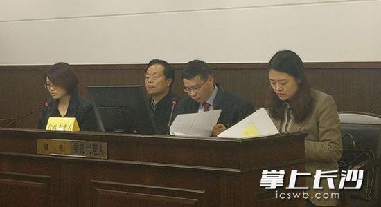湖南省国土资源厅厅长方先知(左二)出庭应诉。长沙晚报记者 林森 摄