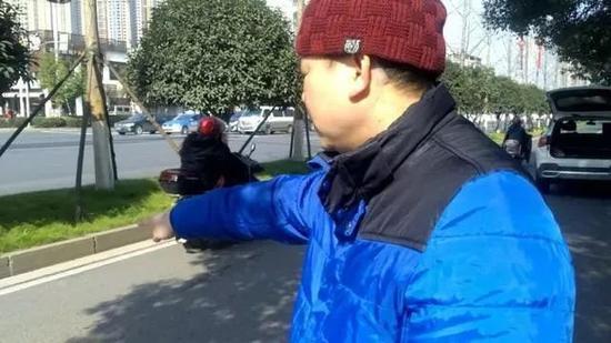 △ 1 月 9 日,刘红在事发地向记者讲诉当时场景。