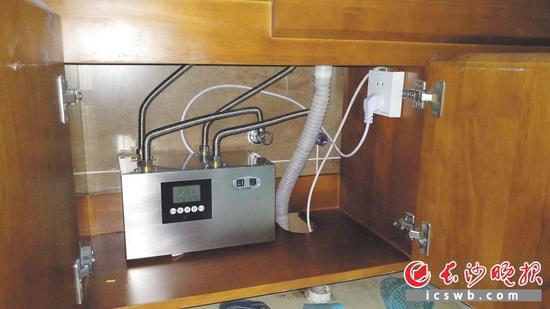 已在胡有根朋友家安装使用的节水器,冷水不浪费,用热水很方便。长沙晚报记者朱炎皇实习生吴杰摄影报道