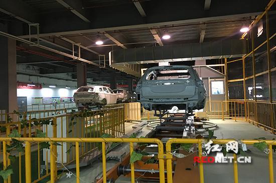 广汽三菱汽车集团的涂装车间里,汽车正在喷漆。此次抽查合乎环保要求。