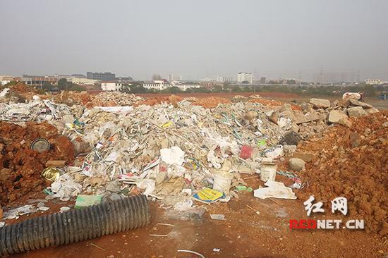 远大路丁家岭附近的工地上堆满了垃圾。