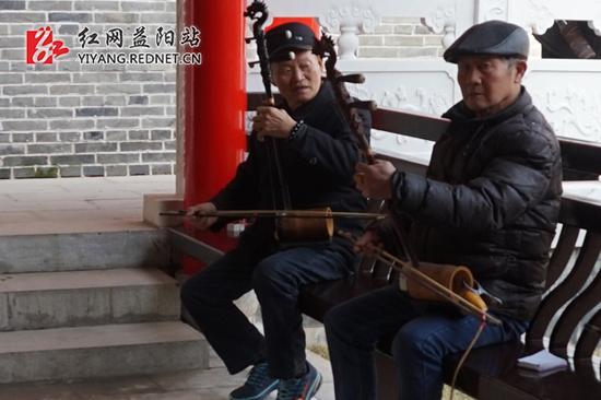 闲暇时,附近居民们聚集在广场上合奏音乐。