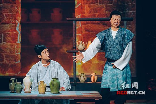 """何炅(左)将担任长沙窑青釉褐彩诗文执壶的""""国宝守护人""""。"""