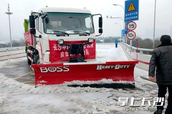 以一抵百,这中联环境的雪铲车效率很高。通讯员 何姜