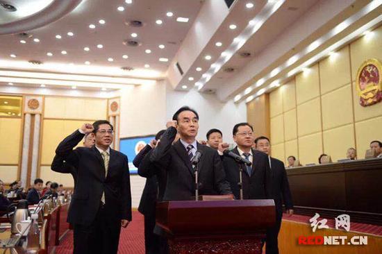 1月30日下午,湖南省监委副主任、委员向宪法宣誓。