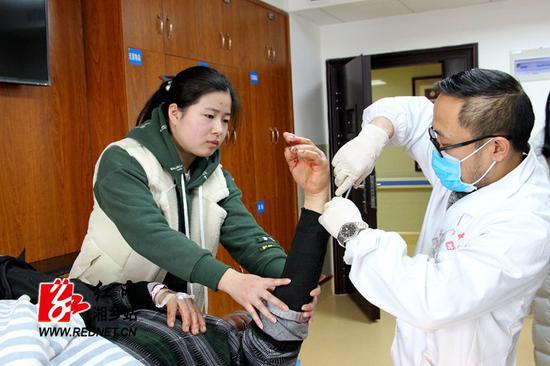 刘懿琳(左)帮助医生对李老汉伤口进行处理。